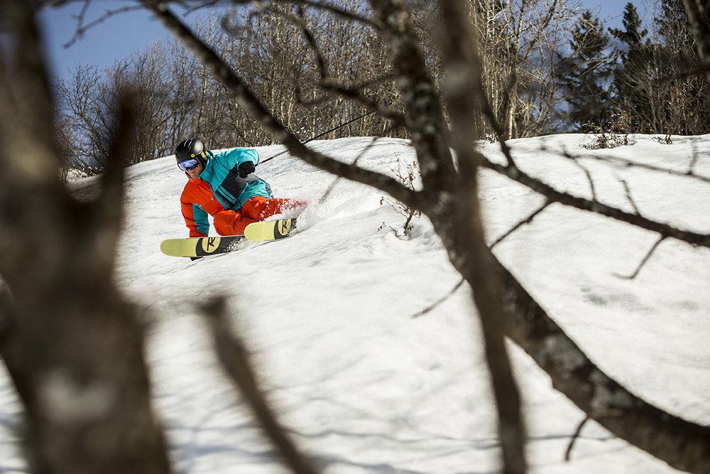 Aussi à l'aise sur pistes qu'en dehors, les skis all mountain vous permettent d'alterner les plaisirs... - © Rossignol / Cande