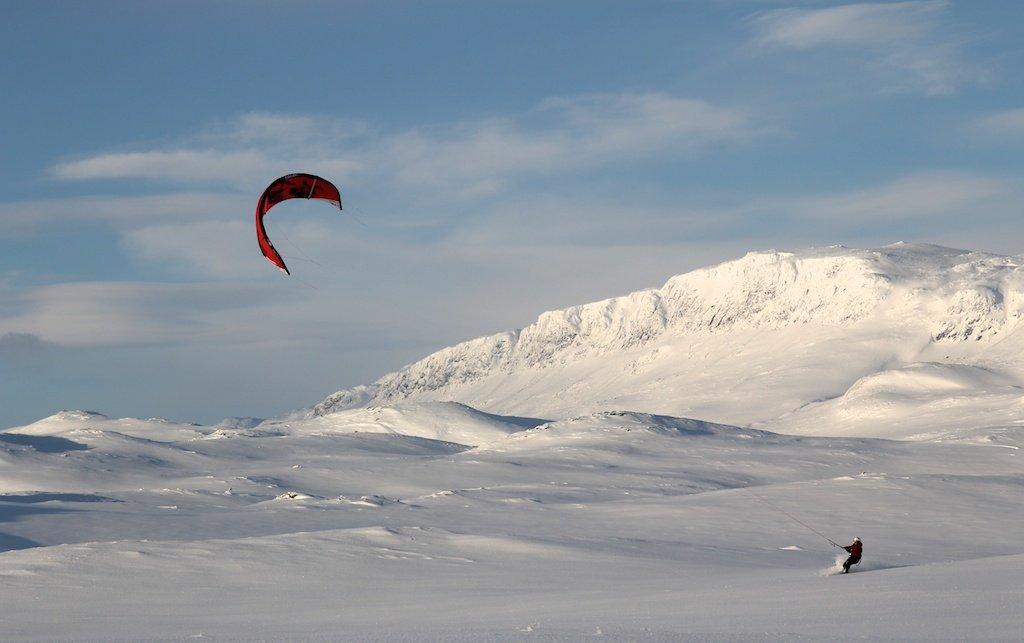 Kiter med Reineskarvet i bakgrunn - © Kiteskolen