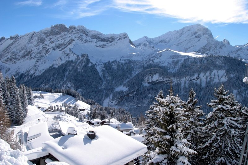 Snow-covered rooftops in Villars-Gryon, Switzerland - ©Villars Touirsmus, Schweiz