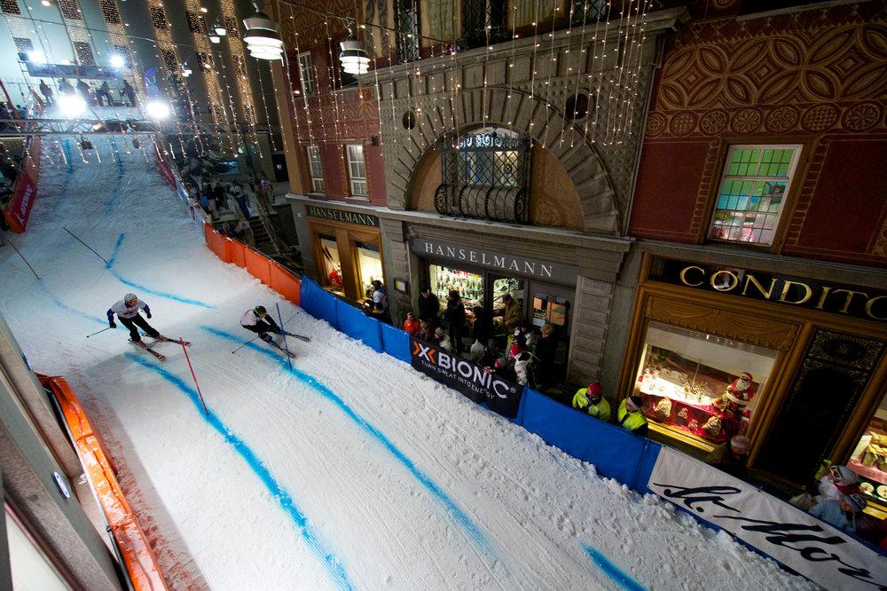 Prominente und Gäste messen sich im Parallelslalom. - © ENGADIN St. Moritz