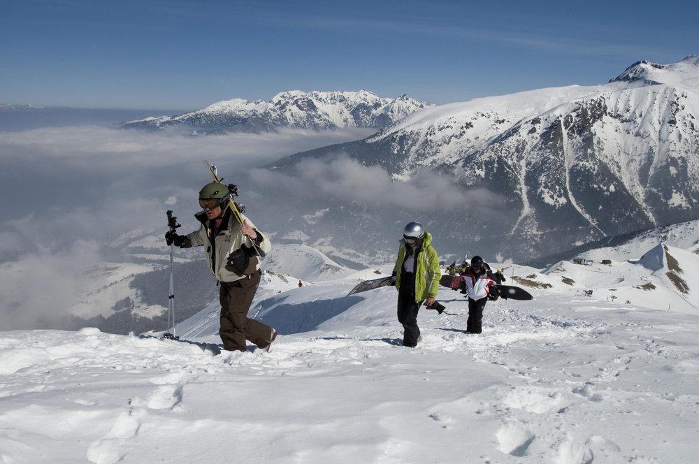Quelques minutes d'approche, skis sur le dos et à vous les champs de poudreuse de l'Alpe du Grand Serre - © Christophe STAGNETTO