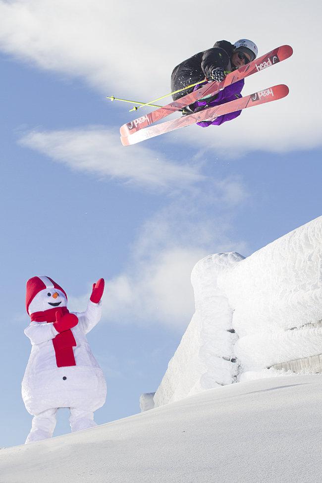 Anders Backe flyr over snømannen - © Kalle Hägglund / Skistar Hemsedal