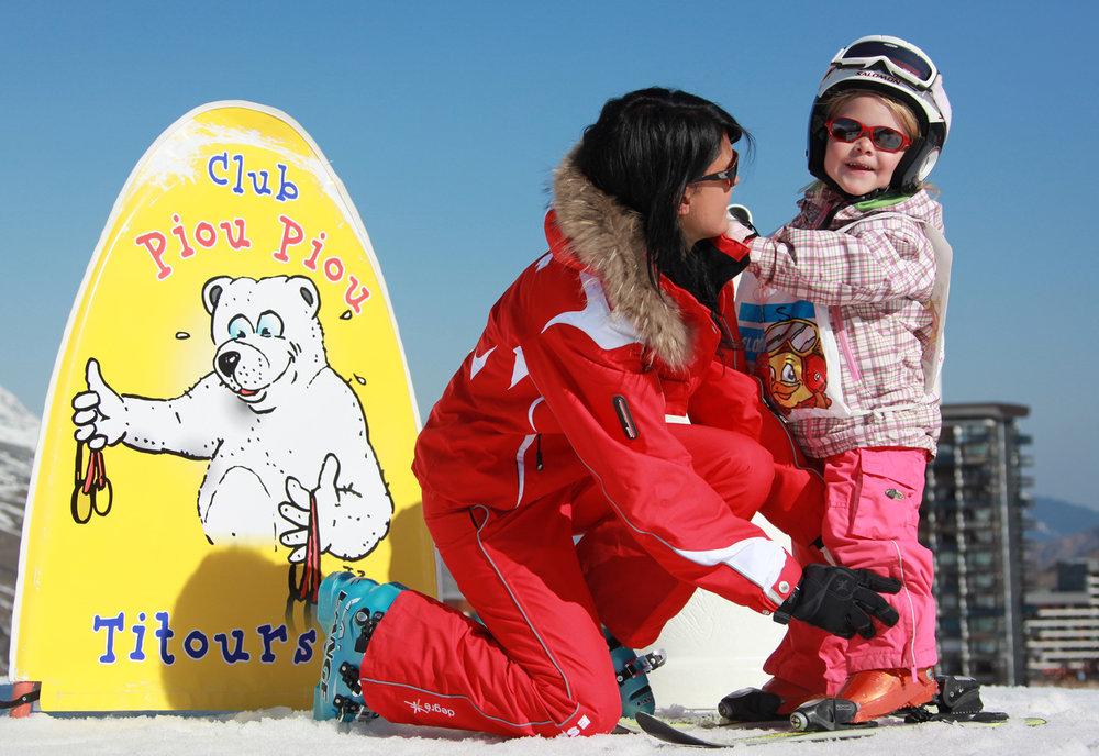 La station des Menuires propose de nombreuses infrastructures pour l'accueil des enfants. Ici le Club Piou-Piou pour l'apprentissage de la glisse dès le plus jeune âge... - © C. Arnal / OT des Menuires