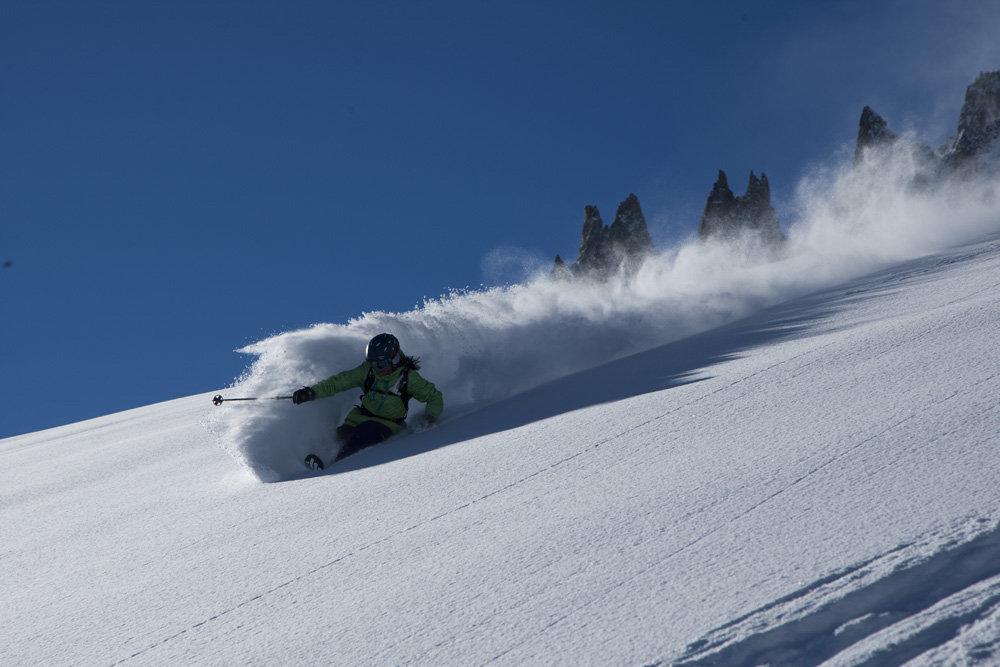Peuf, profonde, fraiche... appellez là comme bon vous semble mais pratiquez là avec l'équipement adapté. Optez pour des skis de freeride ! - © Volkl / Adam Clark