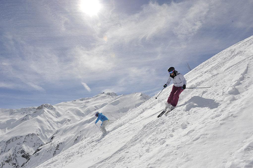 Les skis all mountain : aussi à l'aise en dehors des pistes que sur les boulevard fraichement préparés - © Dynastar / Dan Ferrer