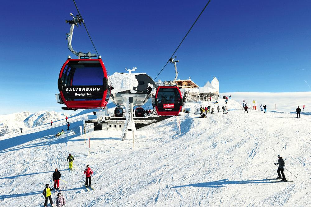 Mit der Bahn anreisen, um acht Uhr früh ankommen und um neun Uhr am Gipfel stehen - © SkiWelt Wilder Kaiser Brixental