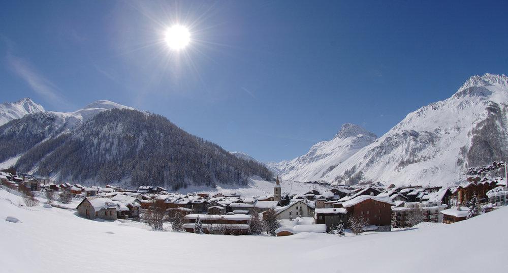 Magnifique vue sur le village et la station de Val d'Isère, son clocher, ses habitations typiques... - © JP Noisillier / Agence Nuts