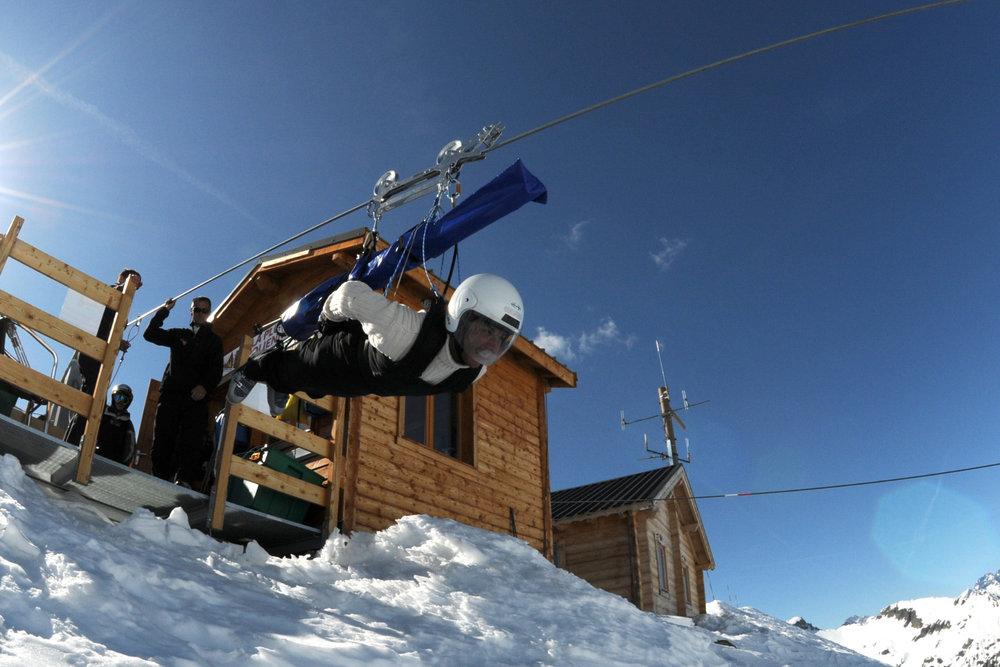 Frissons et adrénaline garantis au départ de la plus grande tyrolienne d'Europe, au sommet du domaine skiable d'Orcière - © Gilles BARON