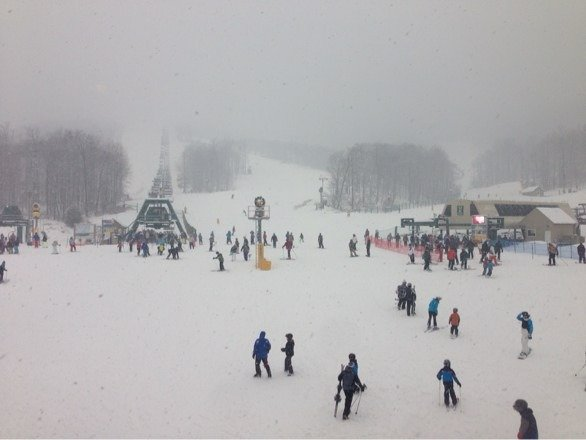 NO lines on a Sat - a first for me. Snowing all day, great surface to ski on. Bad visibility, but if you control your speed today is pretty awesome!