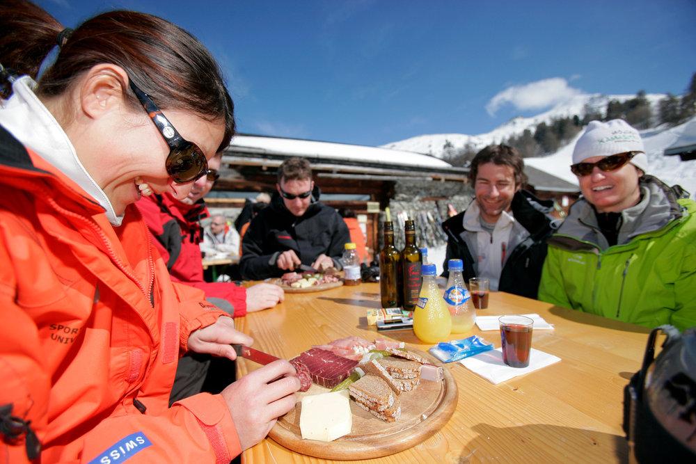 Pause casse croûte sur la terrasse d'un restaurant d'altitude de Nax/Mont-Noble - © Mont-Noble Tourisme
