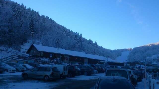 neige fraiche et bonne!! tres beau soleil et ciel bleu en esperant quil neige plus car limite en fin de journer