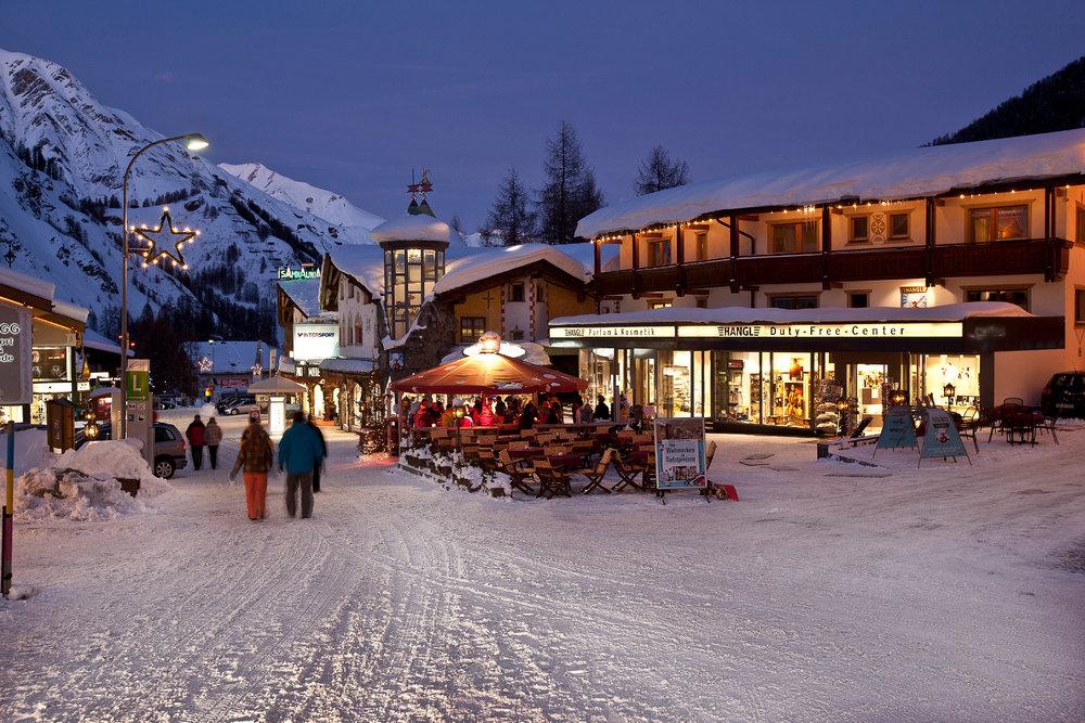 Au moment de choisir sa station de ski, plusieurs critères sont à prendre en considération... Accès, stationnement, domaine skiable, services/commerces, accueil des enfants... - © Andrea Badrutt