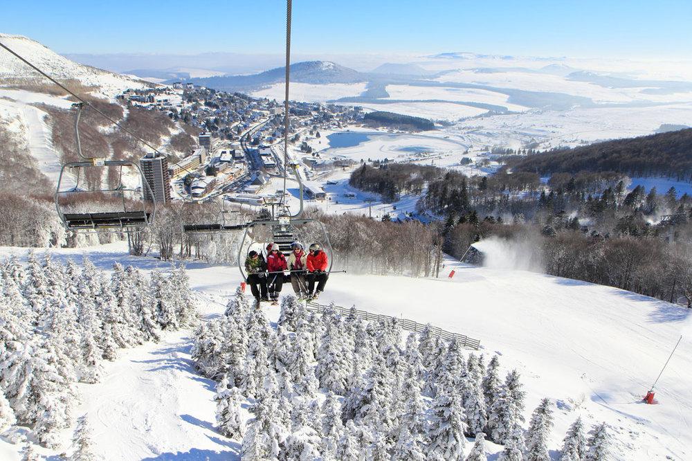 En route pour une belle journée de ski à Besse Super Besse - © Office de Tourisme Massif du Sancy