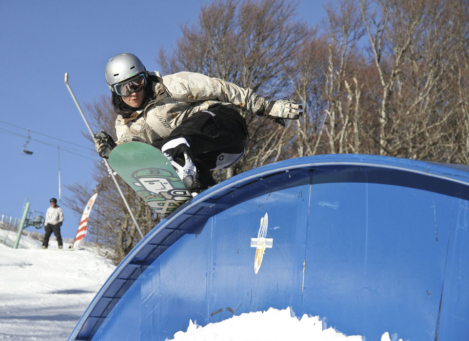 Session freestyle sur les module du park de Superbesse - © Office de Tourisme Massif du Sancy