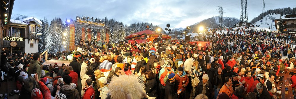 Skiers gather outside the Mooserwirt in St. Anton am Arlberg, Austria - ©St. Anton Tourism