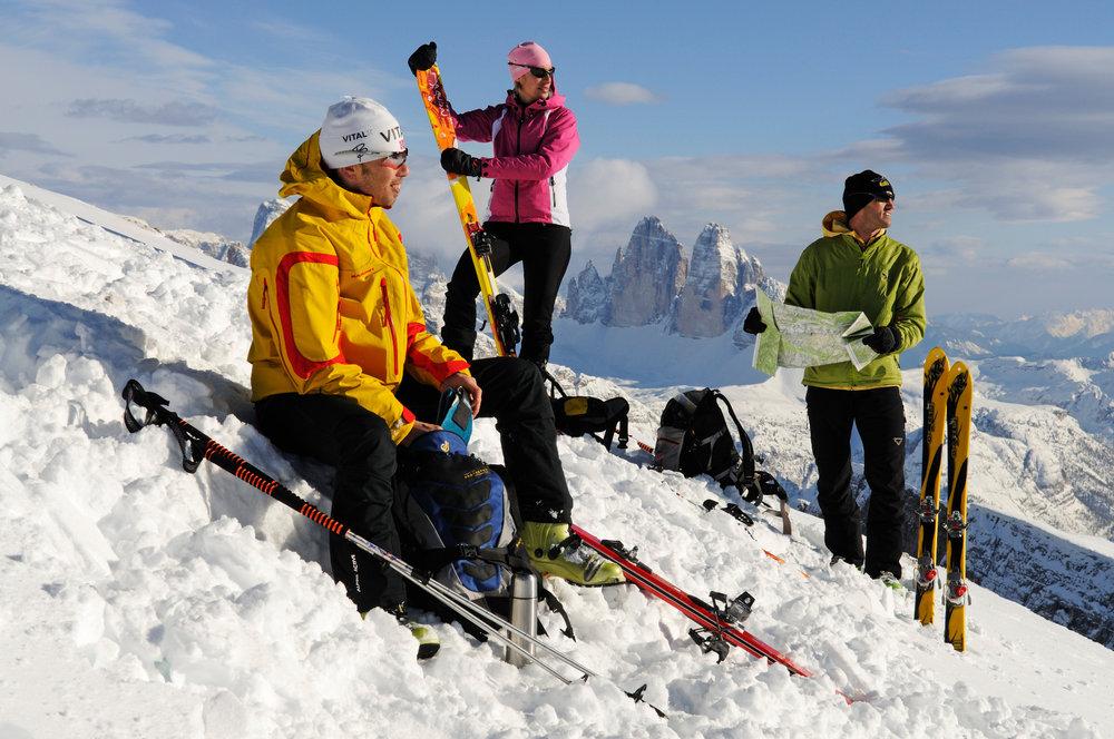 Skitourengeher-Gruppe vor Dolomiten-Panorama - © Norbert Eisele-Hein