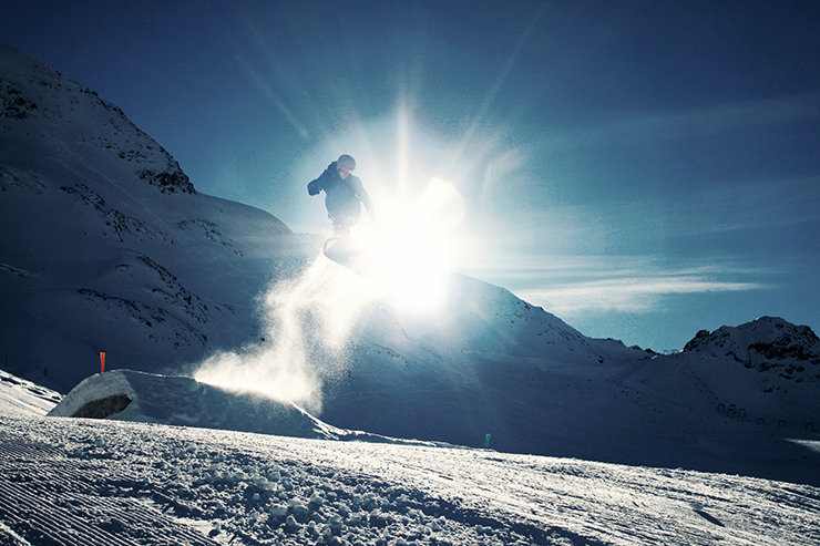 Snowpark Kaunertal: Über den sauber präparierten Medium Kicker mit einem Backside Shifty - © Stefan Drexl