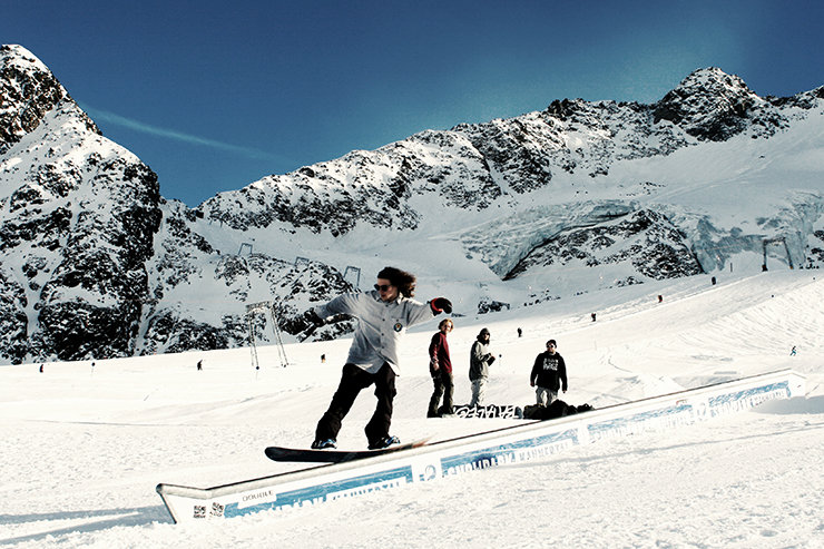 Snowpark Kaunertal: Kinked Rail Down - © Stefan Drexl