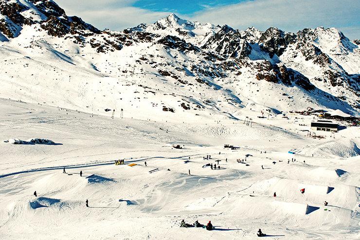 Snowpark Kaunertal: Das komplette Setup unterhalb der Weissseespitze. Ganz rechts neben der Medium Kicker Line und nicht im Blick die Pro Kicker Line - © Stefan Drexl