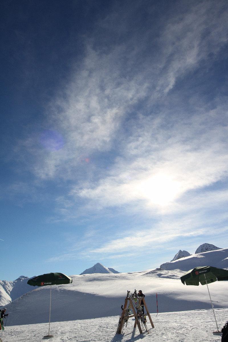 Blick von der Sonnenterrasse des Restaurants Salaas - © Skiinfo