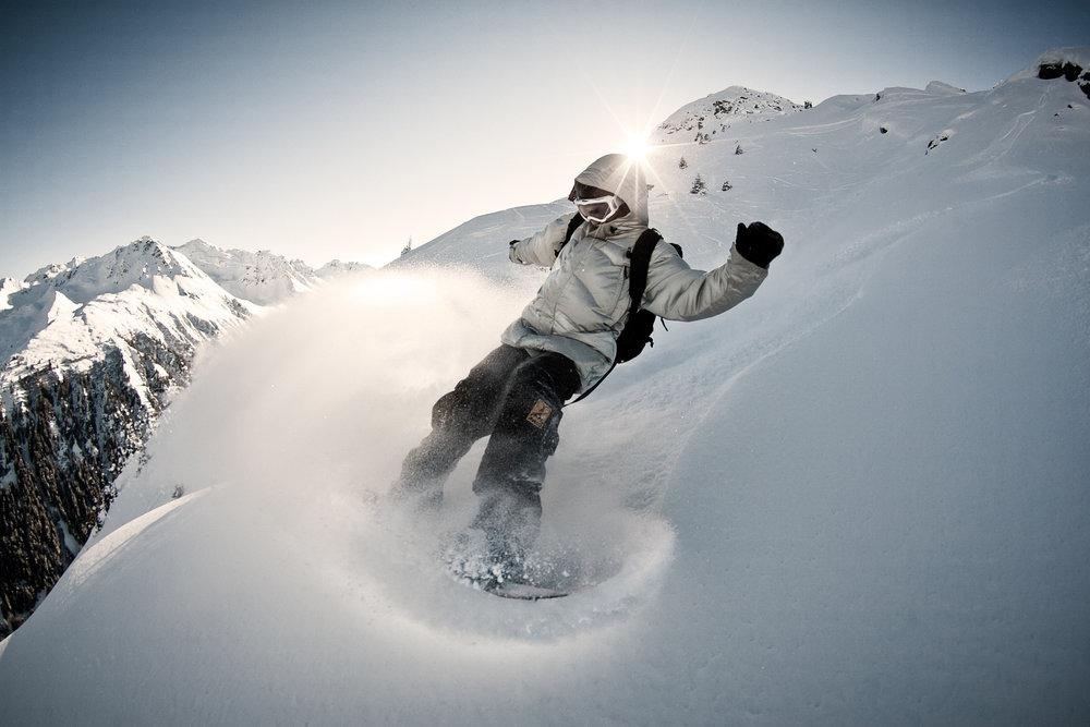 In frischem Powder ist das Snowboard das perfekte Spielzeug zum Freeriden auf der Silvretta Nova  - © Silvretta Montafon
