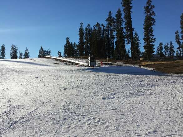 Worst condition ever seen in ski resorts. In such lack of snowfall, no snow making at all! Grass, earth and ice everywhere. Carpet stopped, no snow at all.