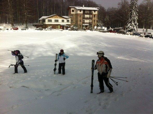 80 cm in vetta e 30 cm alla fine delle piste. Sono aperte quasi tutte le piste, la neve non è delle migliori ma si scia abbastanza bene. Ci si diverte.