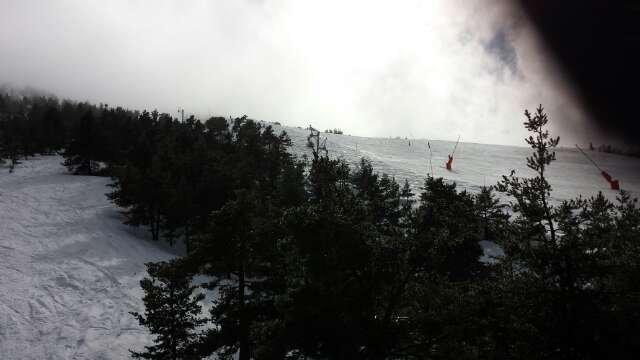 Il a plu toute la nuit du coup la neige fraîche s'est transformée en neige pas très agréable à skier et lourde surtout en dehors des pistes damées