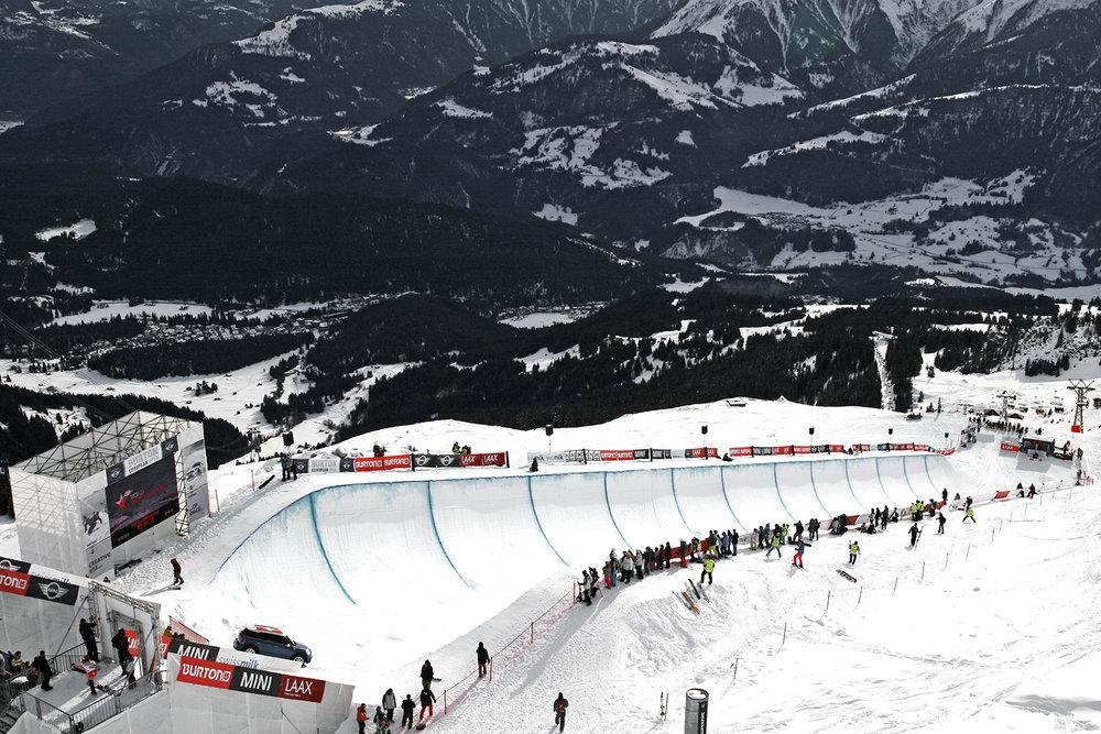 Die Superpipe von Laax: 140 m Länge, 21 m Breite, 6 m Höhe. Das Halfpipe Final, Burton European Open 2014, Laax - © Stefan Drexl