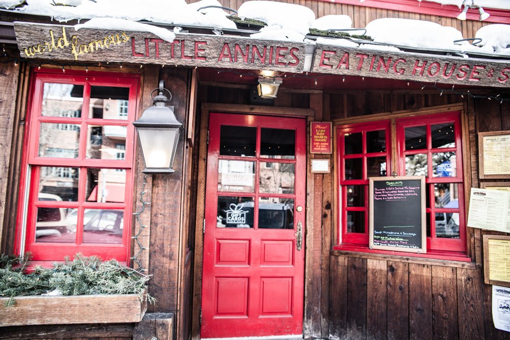 We found a great dive bar with amazing eats: Little Annies. - ©Liam Doran