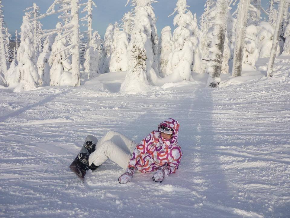 Snowboardistka pózuje na svahoch SkiAreny Szrenica - © Ski Arena Szrenica FB