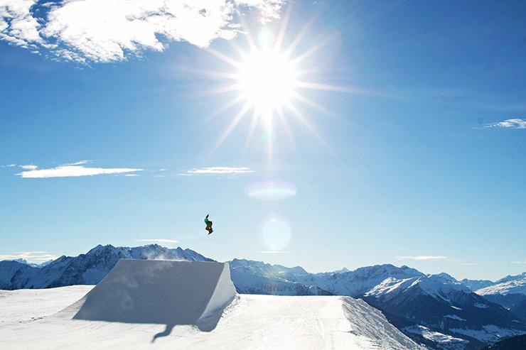 Hoch über Graubünden schlagen die Herzen der Freerider und Freestyler auf ihrem Snowboard höher, Crap Sogn Gion - © Stefan Drexl