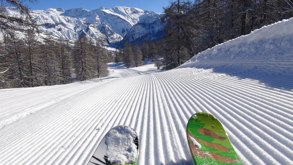 Premières traces après le passage des dameuses sur les pistes de ski de Serre-Eyraud - © Stéphane GG