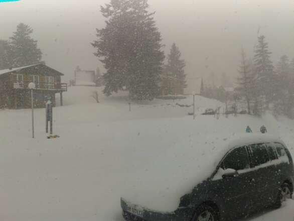 grosse chute de neige et il neige encore! hors piste excelent malgres le vent