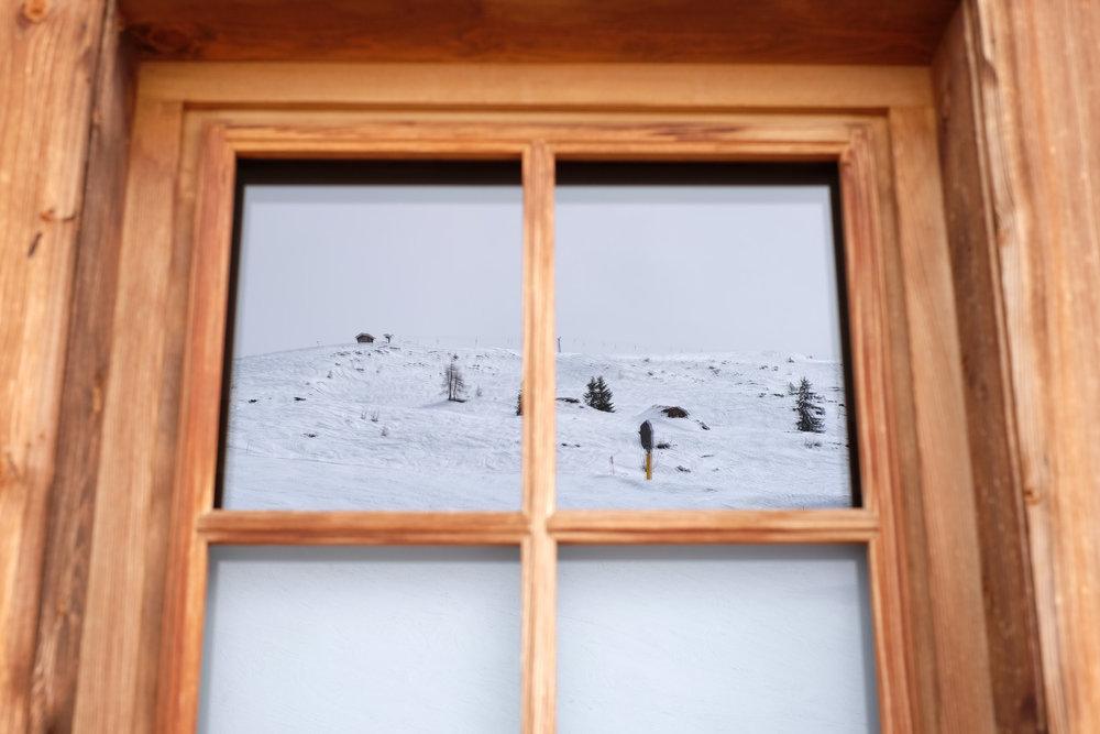 Spiegelnder Ausblick auf die Hänge oberhalb der Asthütte - © Skiinfo