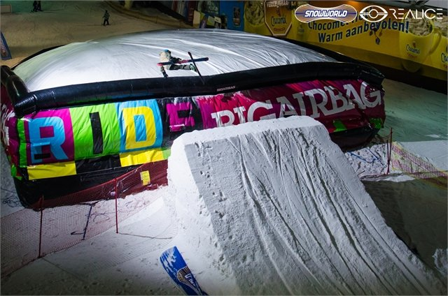 Big airbag on the slopes of Dutch indoor centre SnowWorld Landgraaf - © SnowWorld