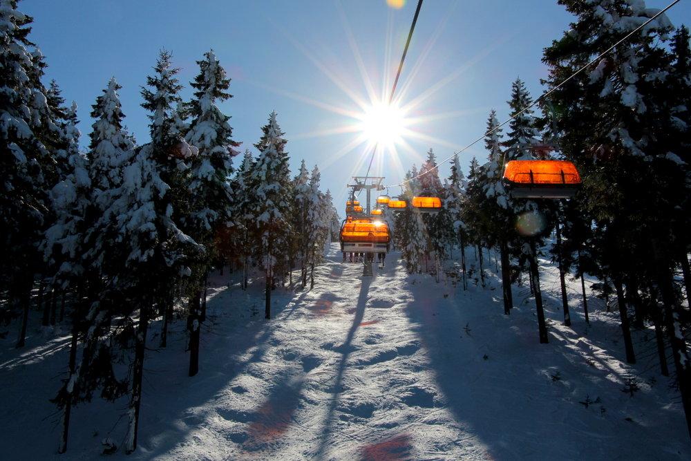 Do istniejącego czteroosobowego wyciągu CineStar Express w sezonie 2014/15 dołączy kolejna nowoczesna czteroosobowa kanapa z pomarańczowymi osłonami - © Skiareál Klínovec
