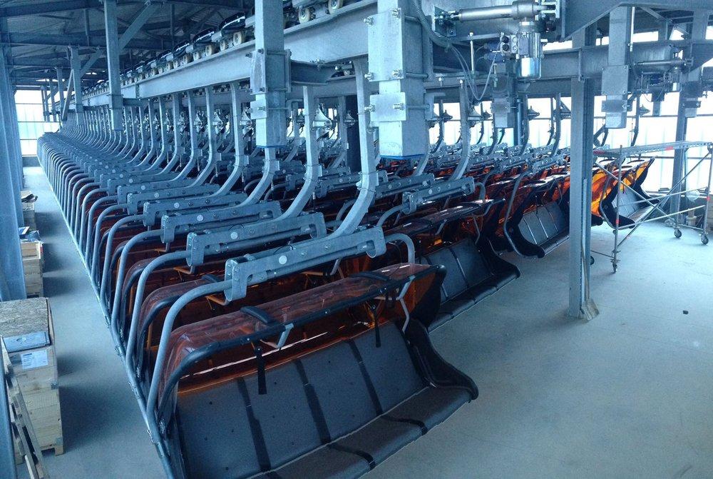 Krzesełka nowej kolejki linowej na Klinovcu czekają na górnej stacji na próby obciążeniowe. - © Skiareál Klínovec