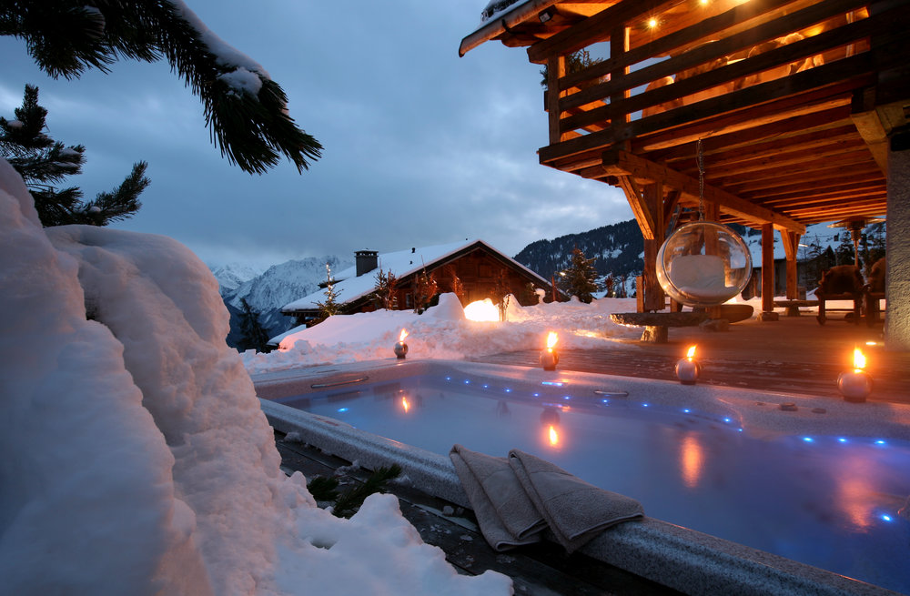 Outside hot tub at Chalet Spa in Verbier - © Chalet Spa Verbier