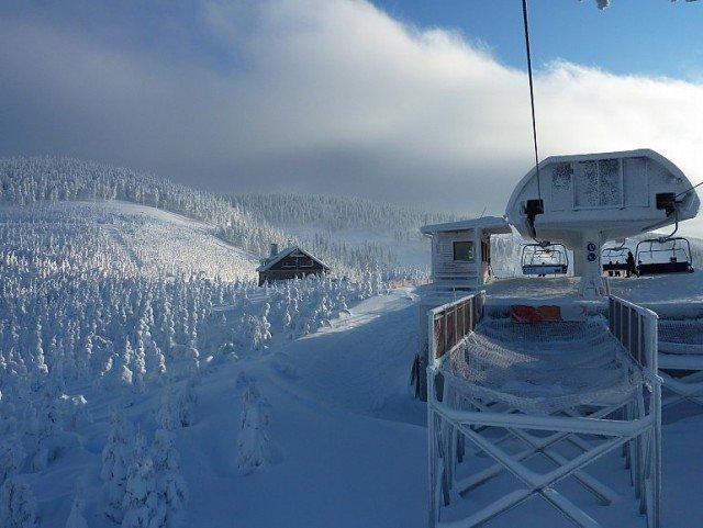 Vyhľadávaný lyžiarsky areál Dolní Morava v Jeseníkoch ponúka vyžitie pre lyžiarov všetkých úrovní a na svoje si prídu aj nelyžiari.