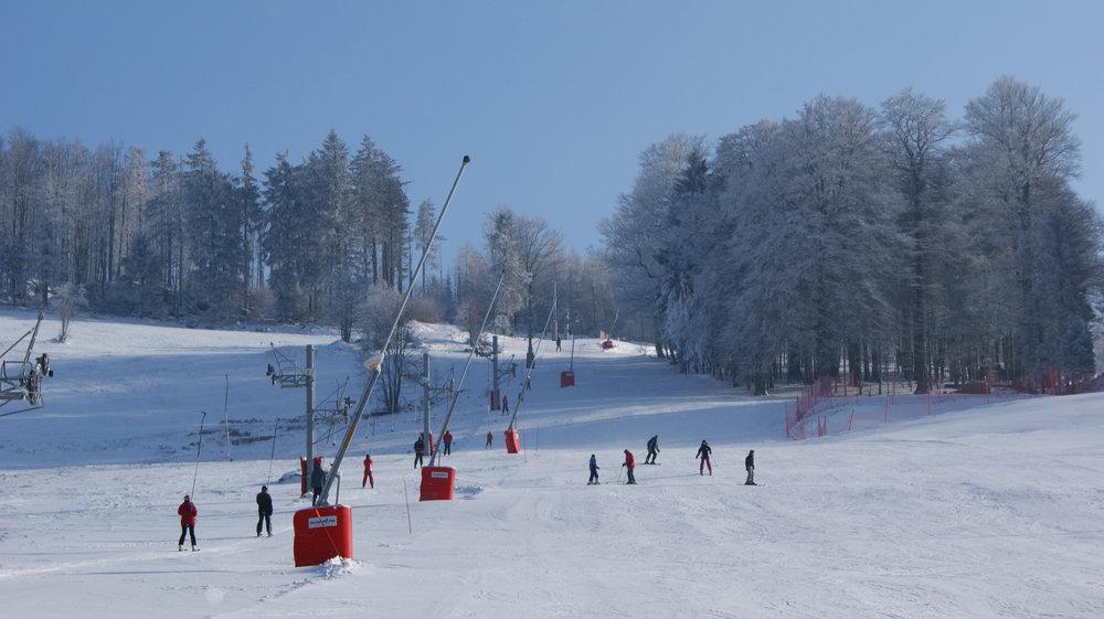 L'installation de perches à basse du Champ du feu permet de garantir la production de neige de culture