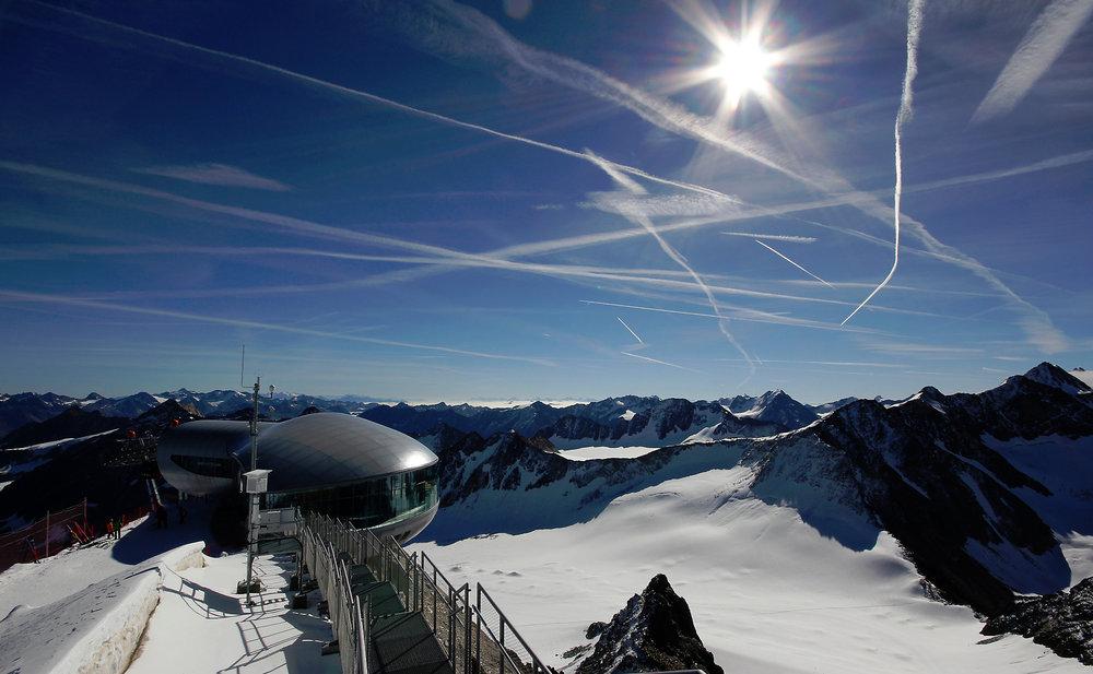 Blue sky and expressive pistes - ©Pitztaler Gletscherbahn