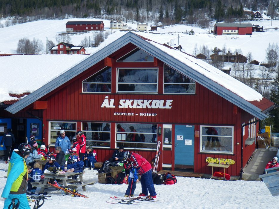 Leiligheten er i 2. etg i servicebygget i Ål Skisenter. - © Ål