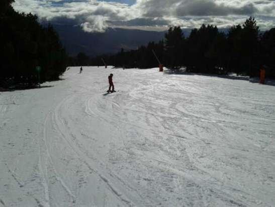 Avons skié les 18, 19 et 20 décembre. Peu de pistes ouvertes mais neige bien damée. tarif réduit à 31 e ou 27 les 4 h.