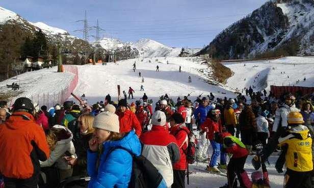 Poca Neve,  pieno di gente.  inoltre il sito dava aperte 5 piste,  una volta arrivato scopro che sono solo di cu una è riservata x le gare delle scuole. Skipass ugualmente a prezzo pieno