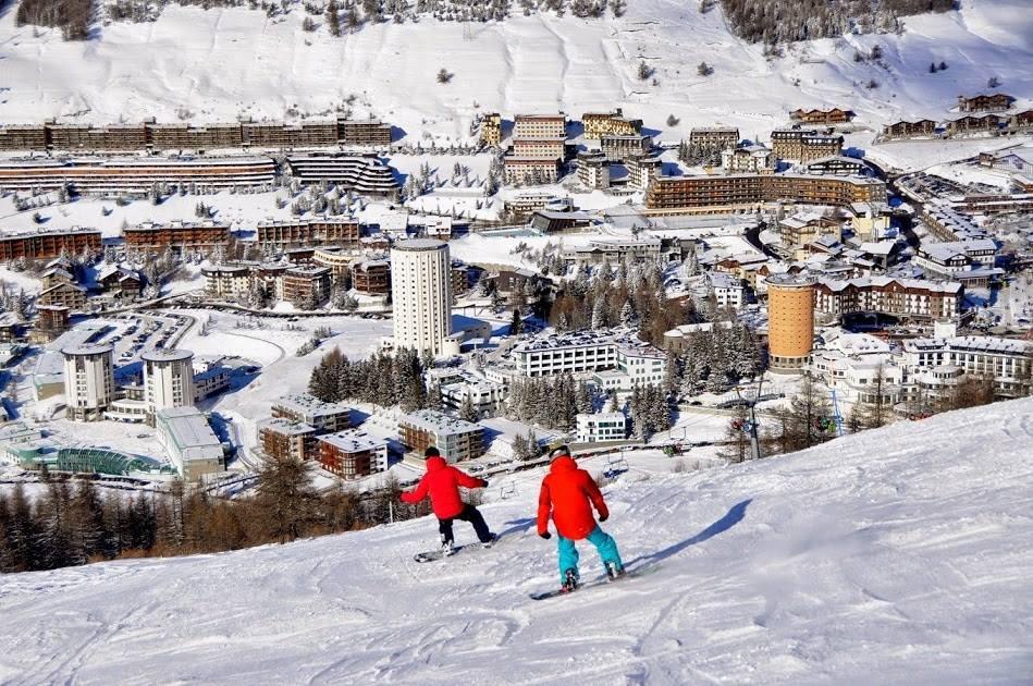 Skiing down to high-altitude Sestriere (2035m) - © Vialattea (Facebook)