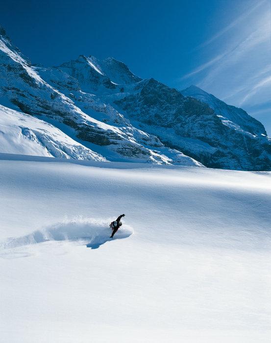 Snowboarder in unberührter Schneelandschaft in der Jungfrauregion - © Switzerland Tourism/Christof Sonderegger