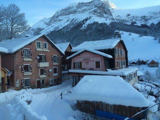 1 mètre de neige a la Côte. 1.30 mètre à la station, les skieurs peuvent monter, tout fonctionne.