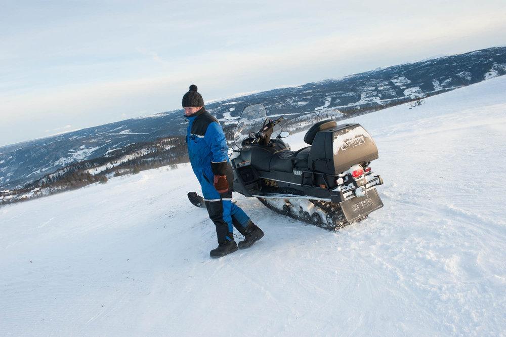 Vi ble kjørt opp til toppen av en hyggelig mann med snøscooter. - © Eirik Aspaas