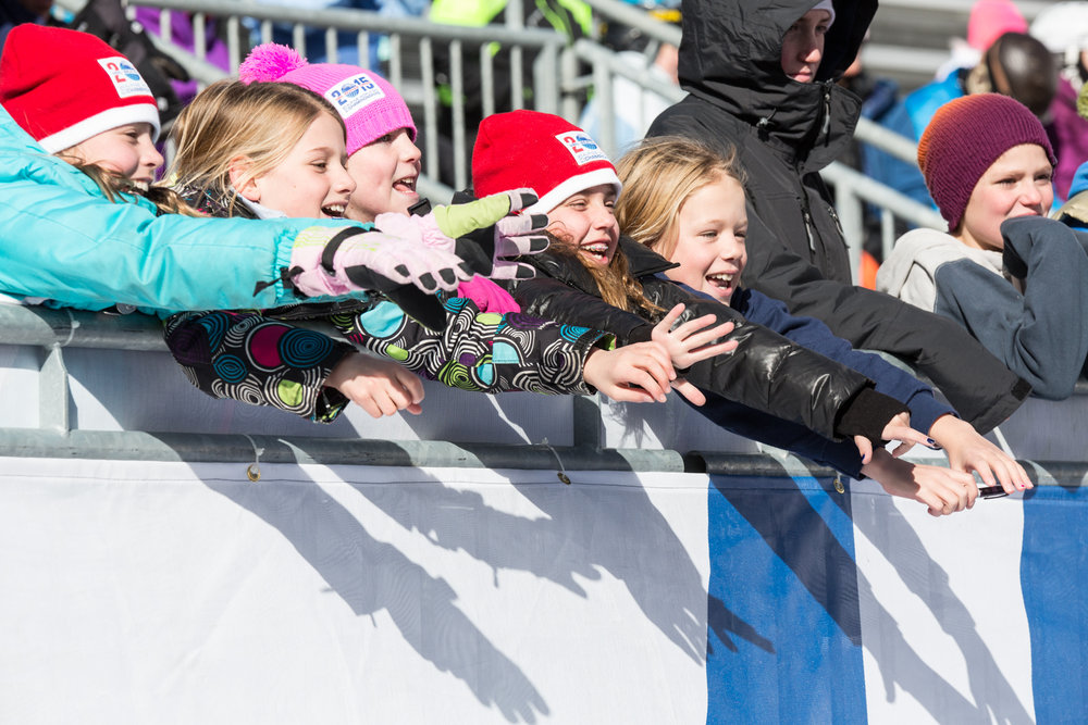 Kids cheering on Lindsay Vonn. - ©  Liam Doran
